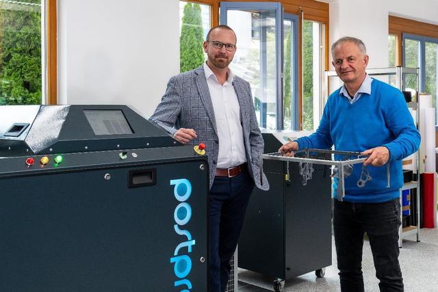 Andreas Keller und Wolfgang Maier an der neuen AMT PostPro 3D Anlage