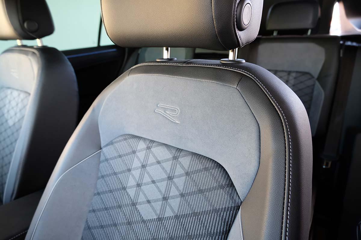 VW Tiguan R-Line 1.5 TSI DSG Interieur Sitze R Logo