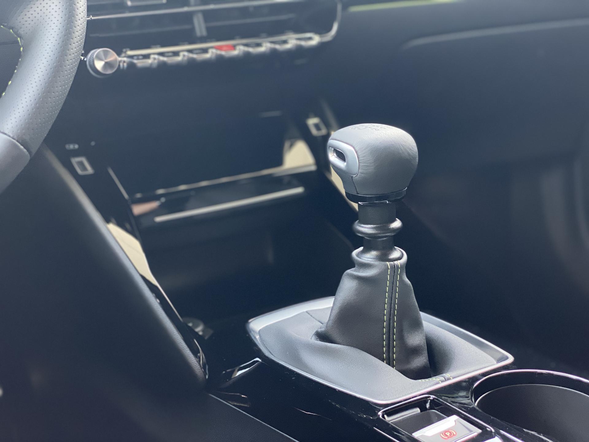 Peugeot 2008 GT 1.2 PureTech Innenraum Schaltgetriebe