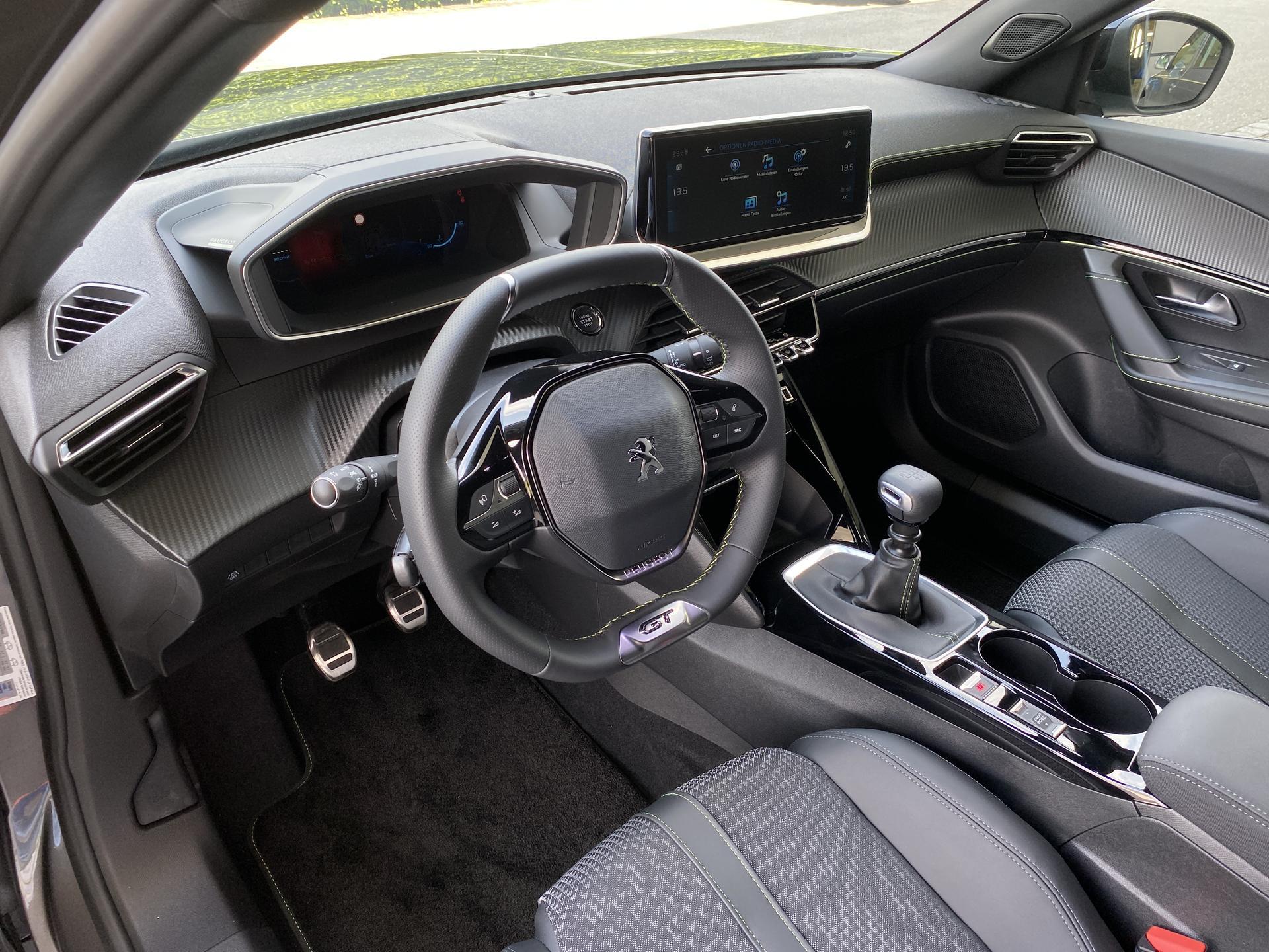Peugeot 2008 GT 1.2 PureTech Innenraum Ausstattungshighlights Lenkrad Multimedia