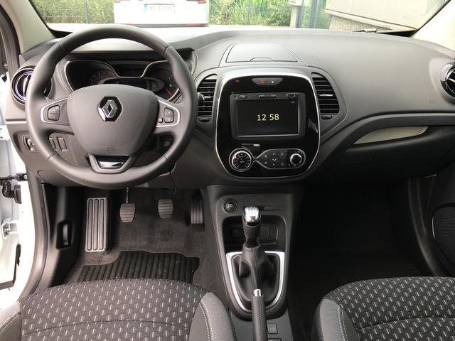 """Renault Captur """"Intens"""" (3) 0,9 TCe 90PS, PLATIN-GRAU METALLIC/DACH SCHWARZ, LED-SCHEINWERFER, NAVIGATIONSSYSTEM, PARKSENSOREN VO/HI, RÜCKFAHRKAMERA, SITZHEIZUNG, LEDERLENKRAD, KLIMAAUTOMATIK, TEMPOMAT, 17"""" ALUFELGEN, HANDSFREE KEYCARD, MITTELARMLEHNE VORNE, NEBELSCHEINWERFER"""