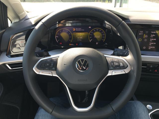 """Volkswagen Golf - """"Life"""" (4) 1.5 TSI 130PS, Delfin-Grau Metallic, Winter-Paket, LED-Scheinwerfer, 16"""" Alufelgen, Klimaautomatik, Parksensoren vo/hi, Digitales Cockpit, App-Connect, Radio Composition/Bluetooth, Multifunktions-Lederlenkrad, Armlehne vorn, ACC/Tempomat, Keyless Start Vorlauffahrzeug"""