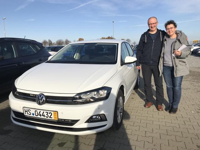Uebergabe an Kunde Froehlich VW Polo Reimport guenstig kaufen