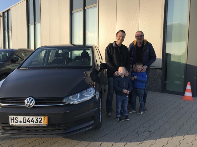 Uebergabe an Kunde Hahn VW Touran Reimport guenstig kaufen