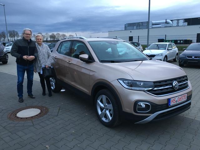 Uebergabe an Kunde Franzen VW T-Cross Reimport guenstiger kaufen