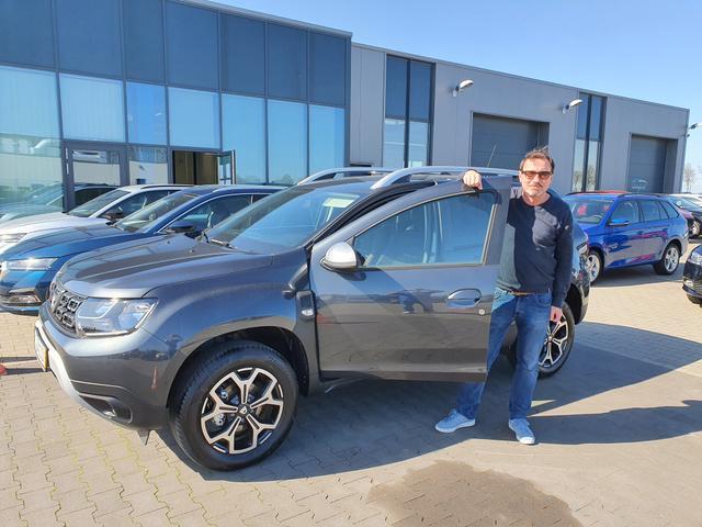 uebergabe an Kunde Berberich Dacia Duster_reimport-guenstig-kaufen-bei-neuwagenkauf-com