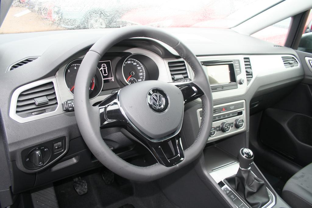 volkswagen golf sportsvan 1 2 tsi 110 ps comfortline climatronic tempomat radio alu aktion. Black Bedroom Furniture Sets. Home Design Ideas