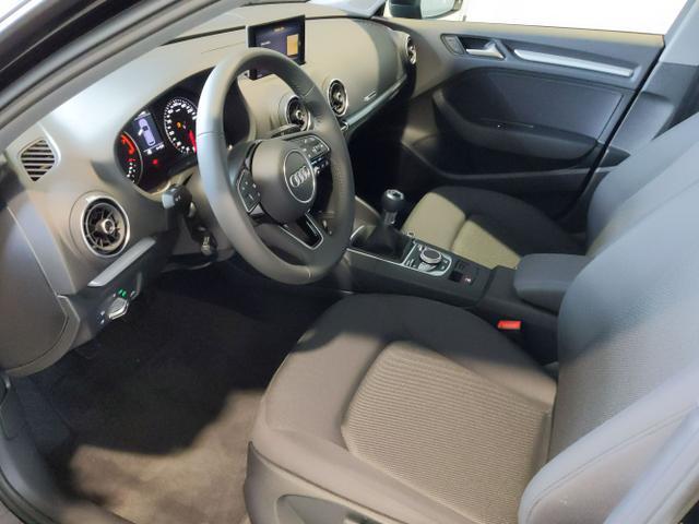 Audi / A3 Sportback / Schwarz / / /