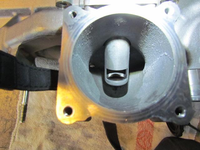 Ansaugkrümmer hinter der Einlassschließklappe mit Blick auf das EGR Rohr nach der Bedi Reinigung