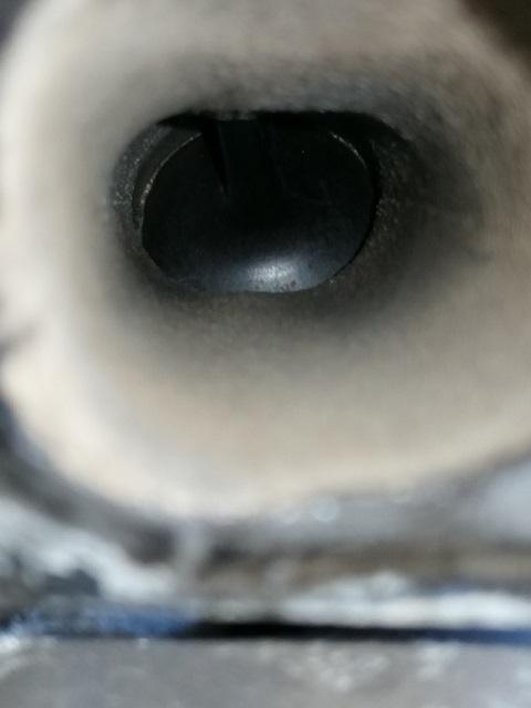 Blick auf ein Einlassventil bei einem Benziner nach der Bedi Reinigung