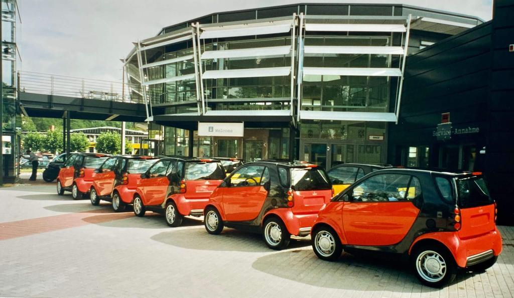 Die ersten Fahrzeuge der Marke smart werden angeliefert und im smart Tower eingelagert