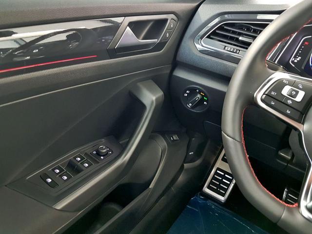 Volkswagen / T-Roc / Weiß /  /  / R-Line WLTP 2.0 TSI DSG OPF 4Motion 140kW / 190PS