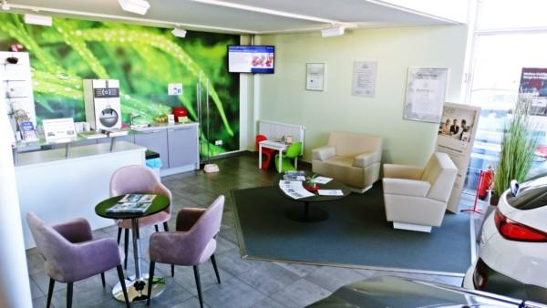 In unserer schönen Café-Lounge vergeht die Wartezeit bei einem leckeren Latte Macchiato oder einer heißen Schokolade wie im Flug.