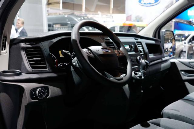Ford Transit Custom DOKA Trend 320 L2H1 6 Sitzer 130 Automatik
