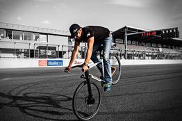 Perfekt dosierbare Bremsen verleiten zu kontrollierten Stunts, Beispielbilder, ggf. teilweise mit Sonderausstattung