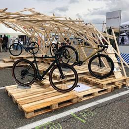 Disiknio 11speed-Gravel-E-Bike (im Vordergrund), Beispielbilder, ggf. teilweise mit Sonderausstattung