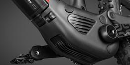 Integrated Carbon Motor Case // Maximal steife Verbindung von Steuerrohr über Unterrohr in die Antriebswelle für sehr präzises Fahrverhalten. Spezielle Air Skid Plate schützt das Motorgehäuse und leitet Wärme nach außen ab, Beispielbilder, ggf. teilweise mit Sonderausstattung