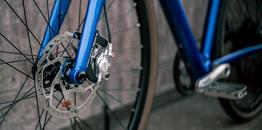 Desiknio 11S Classic – Indigo Blue – Hydroformed Aluminium Fork – Brooks C17 Imperial Brown – Panaracer Gravel King 40-622 - Flatmount Scheibenbremse mit Steckachse, Beispielbilder, ggf. teilweise mit Sonderausstattung