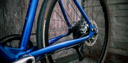 Desiknio 11S Classic – Indigo Blue – Hydroformed Aluminium Fork – Brooks C17 Imperial Brown – Panaracer Gravel King 40-622 , Beispielbilder, ggf. teilweise mit Sonderausstattung