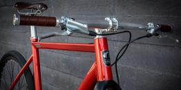 Desiknio Single Speed Classic – Farbe: Granada Red – Shimano Alfine Kurbel – Gates CDX Riemen – Brooks B15 Ledersattel braun - Ledersattel und Griffe passen perfekt., Beispielbilder, ggf. teilweise mit Sonderausstattung