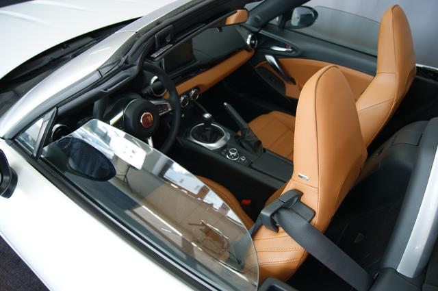 Fiat 124 Spider LUSSO 1.4 MultiAir Turbo, Ghiaccio Weiß 245 , Leder Braun