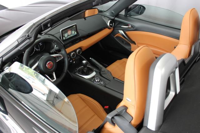 Fiat 124 Spider LUSSO 1.4 MultiAir Turbo, Vesuvio Schwarz Metallic, Leder Braun