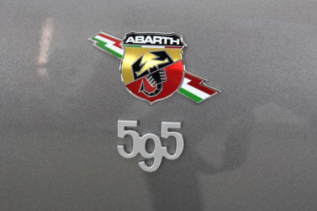 81250 Abarth 595C MY19-Turismo 1.4 T-Jet 121 KW (165PS) MY19Record Grau (Metallic-Lackierung) (695)Ledersportsitze Schwarz (Hochwertige Lederoptik, Teilflächen in Lederoptik), VERDECK Schwarz (402)