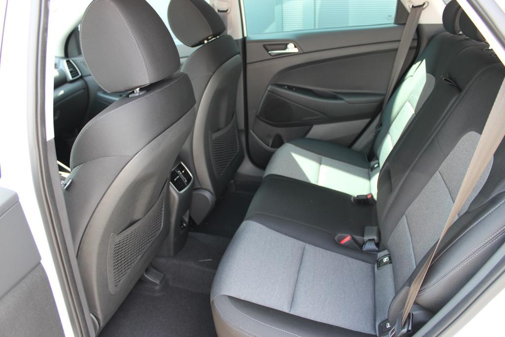 Hyundai Tucson Level 3 1,6 T-GDi 2WD DCT 805q Navi 18 SHH PGÖSNavi.DAB+18Zoll+ Sitzh.h. Privacy GlasPolar White / Stoff Schwarz