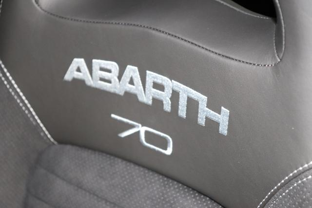 Abarth 595C MY20-Competizione 1.4 T-Jet 132 KW (180PS) 695 - Record Grau (Metallic-Lackierung) 524 (4FA) - Sabelt GT mir Leder/Alcantara Schwarz/Grau, Verdeck Schwarz, 38005