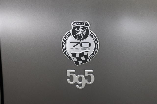 595C - Esseesse 1.4 T-Jet 132 kW (180 PS)708 Asfalto Grau Matt398 - Sabelt Racing Stoff/Kunstleder Schwarz mit roten Ziernähten und Carbon-Sitzschale, Verdeck Schwarz