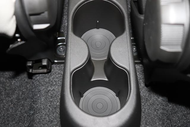 """Fiat 500 1,2 8V S&S Star 51kW 69 PS268 Weiß""""042 Stoff """"Star"""" mit Einsätzen aus Vinyl Schwarz mit Einsatz Weiß Ambiente schwarz Farbe Türeinsatz schwarz Farbe Armaturenbrett Bordeaux Matt""""""""zusätzliche Optionen zur Serienausstattung zu Pkt. A 7QC NAVI DAB 140 Klimaautomatik 4VU Lederschaltknauf 347 Licht und Regensensor 396 Fußmatten"""""""