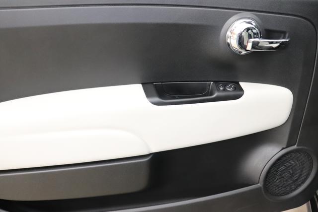 """Fiat 500 1,2 8V S&S Star 51kW 69 PS876 Vesuvio Schwarz """"138 Stoff """"Star"""" mit Einsätzen aus Vinyl Schwarz mit Einsatz Weiß Ambiente schwarz Farbe Türeinsatz schwarz Farbe Armaturenbrett Perla Sandweiß""""""""Extra 140 Klimaautomatik Serie: 4M5 Badges 4VU Lederschaltknauf 7QC Uconnect Nav mit DAB 8EW Apple Android 06P Citypalet : 508 PDC hinten - 347 Licht und Regensensor 4GF 7 Zoll TFT Display 59E Glasdach feststehend 5EQ 16 Zoll Leichtmetallfelgen 097 Nebelscheinwerfer 396 Fußmatten Velour vorne sind drin !"""""""