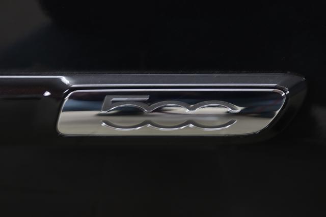 """Fiat 500 1,2 8V S&S Star 51kW 69 PS876 Vesuvio Schwarz """"042 Stoff """"Star"""" mit Einsätzen aus Vinyl Schwarz mit Einsatz Weiß Ambiente schwarz Farbe Türeinsatz schwarz Farbe Armaturenbrett Bordeaux Matt""""""""Extra 140 Klimaautomatik Serie: 4M5 Badges 4VU Lederschaltknauf 7QC Uconnect Nav mit DAB 8EW Apple Android 06P Citypalet : 508 PDC hinten - 347 Licht und Regensensor 4GF 7 Zoll TFT Display 59E Glasdach feststehend 5EQ 16 Zoll Leichtmetallfelgen 097 Nebelscheinwerfer 396 Fußmatten Velour vorne sind drin !"""""""