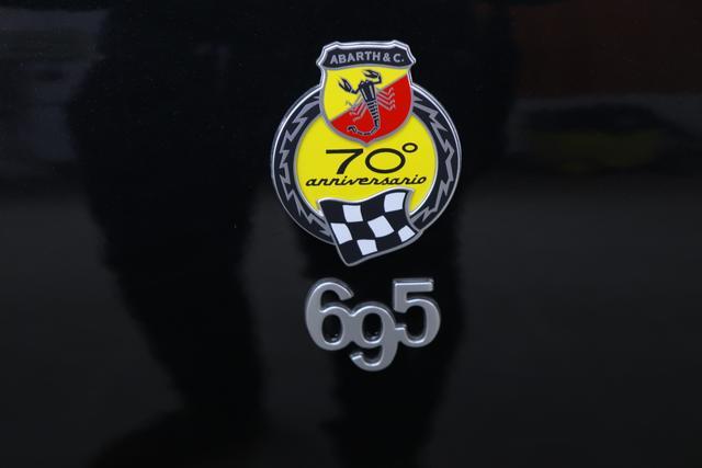 """695 70 - ANNIVERSARIO MY20 1.4 T-Jet 132 kW (180 PS) Automatik 876 - Scorpione Schwarz (Metallic-Lackierung)034 Rennsport Schalensitze """"Sabelt® Tricolore"""" Stoff/ Kunstleder Schwarz¹"""