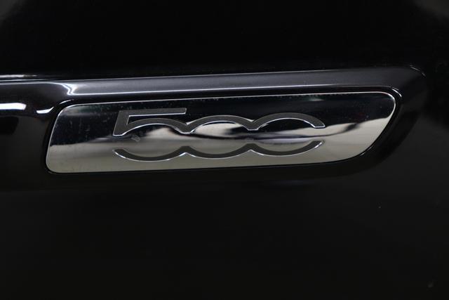 """1.0 GSE N3 500C Cabrio Star BSG Hybrid 6GANG 876 Crossover Black 626 """"626 Stoff """"Star"""" mit Einsätzen aus Vinyl Weiss mit Einsätzen in Schwarz Ambiente schwarz Farbe Türeinsatz Weiß Farbe Armaturenbrett Perla Sandweiß Verdeckfarbe Rot""""""""Extra 140 Klimaautomatik Serie: 4M5 Badges 4VU Lederschaltknauf 7QC Uconnect Nav mit DAB 8EW Apple Android 06P Citypalet : 508 PDC hinten - 347 Licht und Regensensor 4GF 7 Zoll TFT Display 5EQ 16 Zoll Leichtmetallfelgen 097 Nebelscheinwerfer 396 Fußmatten Velour vorne sind drin ! 803 Notrad"""""""