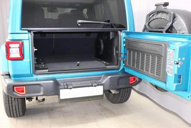 """""""Jeep Wrangler Unlimited MY 2020 Sahara 2,0 T 200 kW 272 PS Automatikgetriebe DSG Automatik 4 WD 4 türig HT3 Freedom Hardtop in Wagenfarbe"""" bez. 3.7. PPT Bikini TCV Leder Braun """"0MF MY 2020 OZT Sicherheitspaket Geschwindigkeitsregelanlage adaptiv ( Adaptive Cruise Control ) Auffahrwarnsystem ( Forward Collision Warning Plus ) 211 JPM Sitzbezüge in Leder mit Sitzheizung vorne AAN Technoloigie Paket Totwinkel Assistent mit hinterer Querbewegungserkennung Keyless Enter N Go ( schlüsselloses öffnen und verriegeln ) AD6 LED Paket ( Serie ) AWS Raucherkit GCD Privacy Glass UGQ Uconnect Smartouch 8,4 Touchscreen 3 D Navigation Bluetooth, AUX IN, USB und DAB RC4 Alpine Premium Sound System ( Serie )"""""""