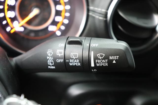 """""""Jeep Wrangler Unlimited MY 2020 Sahara 2,0 T 200 kW 272 PS Automatikgetriebe DSG Automatik 4 WD 4 türig HT3 Freedom Hardtop in Wagenfarbe AFF Overland Paket""""PAU Granite Crystal """"1ML Leder Schwarz"""" """"OZT Sicherheitspaket Geschwindigkeitsregelanlage adaptiv ( Adaptive Cruise Control ) Auffahrwarnsystem ( Forward Collision Warning Plus ) AAN Technoloigie Paket Totwinkel Assistent mit hinterer Querbewegungserkennung Keyless Enter N Go ( schlüsselloses öffnen und verriegeln ) AD6 LED Paket ( Serie ) AFB Dachhimmel mit zusätzlicher Geräuschdämmung AFF 212 JPM Overlandpaket Sitzbezüge in Leder mit Sitzheizung vorne Beledertes Armaturenbrett Hardcover Ersatzradabdeckung Overland Plakette ( ersetzt Sahara Plakette ) 18 Zoll silber/grau 7 Speichen mit 225 70 18 AHT Trailer Tow Group AWS Raucherkit GCD Privacy Glass HT3 Freedom Hardtop in Wagenfarbe UGQ Uconnect Smartouch 8,4 Touchscreen 3 D Navigation Bluetooth, AUX IN, USB und DAB RC4 Alpine Premium Sound System ( Serie )"""