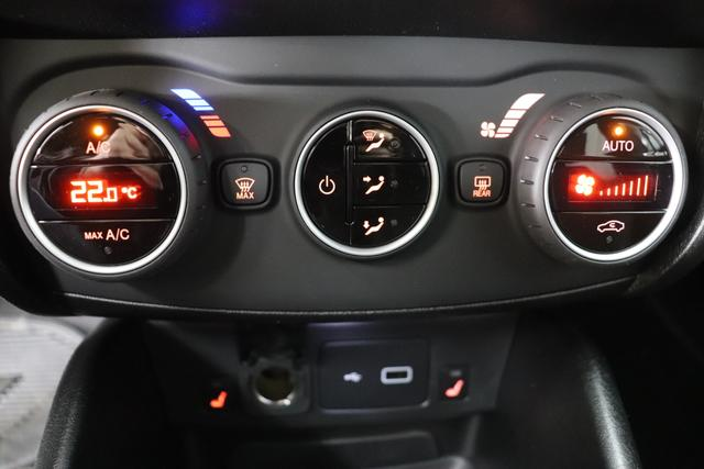 """Fiat Tipo SW S-Desinge 1,4 120PS E6D """"249 5CD Weiß"""" 879 S-DESIGN/SPORT Schwarz / Schwarz """"439 18""""-Leichtmetallfelgen mit Diamantfinish 727 S-Design Polsterung in Stoff-Leder-Kombination -Details in Klavierlackoptik Schwarz (Außenspiegel, Kühlergrill und Nebelscheinwerfer) 7QC Uconnect™ NAV Navigationssystem mit Europarkarte und digitalem Audioempfang DAB Bi-Xenon Scheinwerfe 0WA Rücksitzbank mit Flip&Fold-System, herausziehbares Sitzkissen (für Kombi nur i. V. m. 0WA bzw. 023) 316 Rückfahrkamera mit dynamischen Führungslinien 980 Reserverad 508 Parksensoren hinten 452 Sitzheizung vorn 5C5 Licht- und Regensensor"""""""