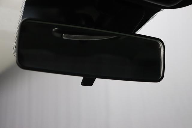 """1.0 GSE N3 500 Star BSG Hybrid 6GANG735 Tech House Grey """"138 Stoff """"Star"""" mit Einsätzen aus Vinyl Schwarz mit Einsatz Weiß Ambiente schwarz Farbe Türeinsatz schwarz Farbe Armaturenbrett Perla Sandweiß"""" """"Extra 140 Klimaautomatik Serie: 4M5 Badges 4VU Lederschaltknauf 7QC Uconnect Nav mit DAB 8EW Apple Android 06P Citypalet : 508 PDC hinten - 347 Licht und Regensensor 4GF 7 Zoll TFT Display 5EQ 16 Zoll Leichtmetallfelgen 097 Nebelscheinwerfer 396 Fußmatten Velour vorne sind drin ! 803 Notrad"""""""
