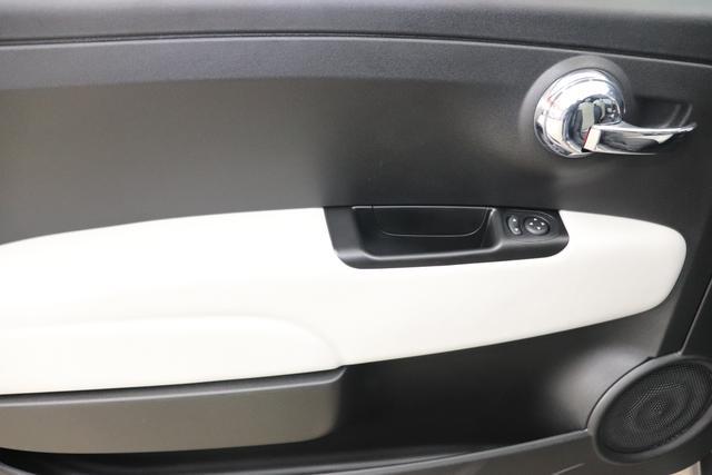 """1.0 GSE N3 500 Star BSG Hybrid 6GANG695 Pompei Grau """"138 Stoff """"Star"""" mit Einsätzen aus Vinyl Schwarz mit Einsatz Weiß Ambiente schwarz Farbe Türeinsatz schwarz Farbe Armaturenbrett Perla Sandweiß"""" """"Extra 140 Klimaautomatik Serie: 4M5 Badges 4VU Lederschaltknauf 7QC Uconnect Nav mit DAB 8EW Apple Android 06P Citypalet : 508 PDC hinten - 347 Licht und Regensensor 4GF 7 Zoll TFT Display 5EQ 16 Zoll Leichtmetallfelgen 097 Nebelscheinwerfer 396 Fußmatten Velour vorne sind drin ! 803 Notrad"""""""