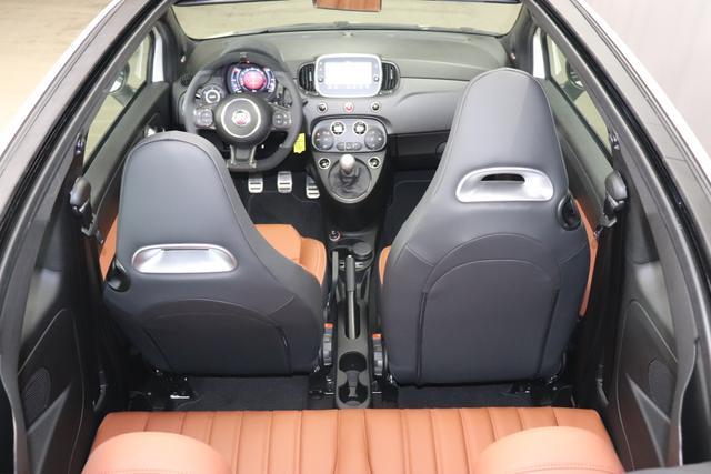 """595 Cabrio MY20-Competizione 1.4 T-Jet 132 KW (180PS)227 - Iridato Weiß 409 - Integral-Sportsitze Leder Braun/Schwarz (Teilflächen in Lederoptik), Verdeck Titangrau """"06P City Paket: 230 Bi-Xenon 4YG Beats® Audio Soundsystem 4SU Brembo®"""" Gelb lackiert 505 Kopfairbags vorne 5YN 17"""""""" Leichtmetallfelgen Design """"Formula"""" 14-Speichen Finish Titan 61P 227 Iridato Weiß Perlmutt 626, 665 Raucher-Paket 727 Leder Braun 7QC, 8EW 8EW Apple Car Play / Android Auto 925 Windschott 9SV Gutschrift Bmc Sportluftfilter Und Tankdeckel Aus Aluminium"""""""