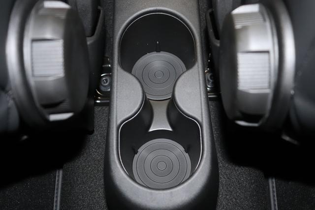 """595 Cabrio MY20-Competizione 1.4 T-Jet 132 KW (180PS)876 - Scorpione Schwarz (Metallic-Lackierung) 495 - Integral-Sportsitze Leder Braun/Schwarz (Teilflächen in Lederoptik), Verdeck Schwarz """"06P Urban Paket: 230 Bi-xenon Scheinwerfer 407 Dualogic 4YG Beats® Audio Soundsystem 505 Kopfairbags vorne 5CE 876 - Scorpione Schwarz (Metallic-Lackierung) 5KV (inkl. Schaltwippen am Lenkrad) 5YN 17"""""""" Leichtmetallfelgen Design """"Formula"""" 14-Speichen Finish Titan 626, 665 Raucher-Paket 727 Leder Braun 7QC, 8EW Apple Car Play / Android Auto 925 Windschott 9SV Gutschrift Bmc Sportluftfilter Und Tankdeckel Aus Aluminium"""""""