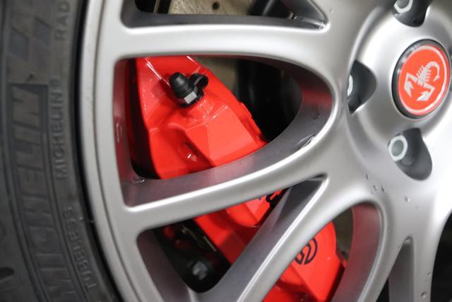 """595 Cabrio MY20-Competizione 1.4 T-Jet 132 KW (180PS) 876 - Scorpione Schwarz (Metallic-Lackierung) 402 - Integral-Sportsitze Leder Schwarz (Teilflächen in Lederoptik), Verdeck Schwarz """"06P City Paket: 230 Bi-Xenon 4YG Beats® Audio Soundsystem 505 Kopfairbags vorne 5CE Scorpione Schwarz 5YN 17"""""""" Leichtmetallfelgen Design """"Formula"""" 14-Speichen Finish Titan 626, 665 Raucher-Paket 732 Integral-Sportsitze Leder Schwarz 7QC, 8EW Apple Car Play / Android Auto 925 Windschott 9SV Gutschrift Bmc Sportluftfilter Und Tankdeckel Aus Aluminium"""""""