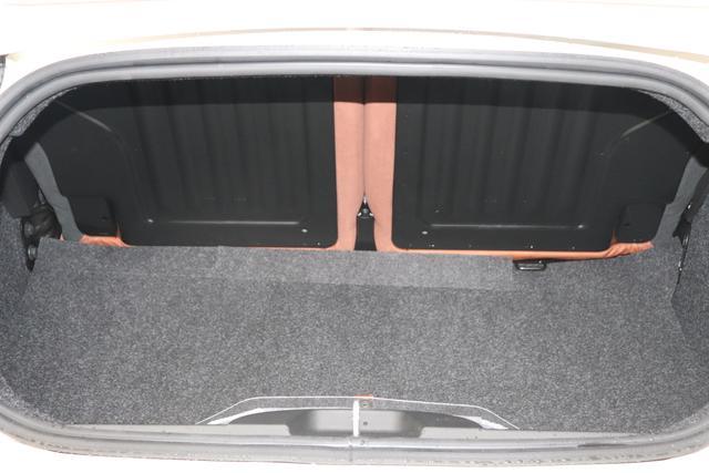 """595 Cabrio MY20-Competizione 1.4 T-Jet 132 KW (180PS) 227 - Iridato Weiß 495 - Integral-Sportsitze Leder Braun/Schwarz (Teilflächen in Lederoptik), Verdeck Schwarz """"06P Urban Paket: 230 Bi-xenon Scheinwerfer 4YG Beats® Audio Soundsystem 505 Kopfairbags vorne 5YN 17"""""""" Leichtmetallfelgen Design """"Formula"""" 14-Speichen Finish Titan 61P 227 Iridato Weiß Perlmutt 626, 665 Raucher-Paket 727 Leder Braun 7QC, 8EW Apple Car Play / Android Auto 925 Windschott 9SV Gutschrift Bmc Sportluftfilter Und Tankdeckel Aus Aluminium"""""""