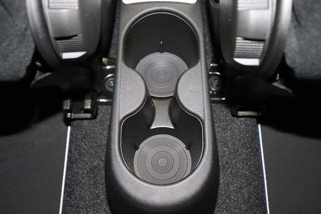 "595 Cabrio Monster Energy Yamaha (165PS) E6D Final Scorpione Schwarz (876) Integral-Sportsitze Monster Energy Yamaha, Verdeck Schwarz (199) ""06P Urban Paket 070 Getönte Scheiben Hinten 140 Klimaautomatik Mit Pollenfilter 230 Bi-xenon Scheinwerfer 4YG Beats® Audio Soundsystem 665 Raucher-paket 7QC Uconnect™ Navigationssystem Mit Europakarte, 7"""" Touchscreen, 925 Windschott 928 Zellophan-schutzhülle (teilweise)"""