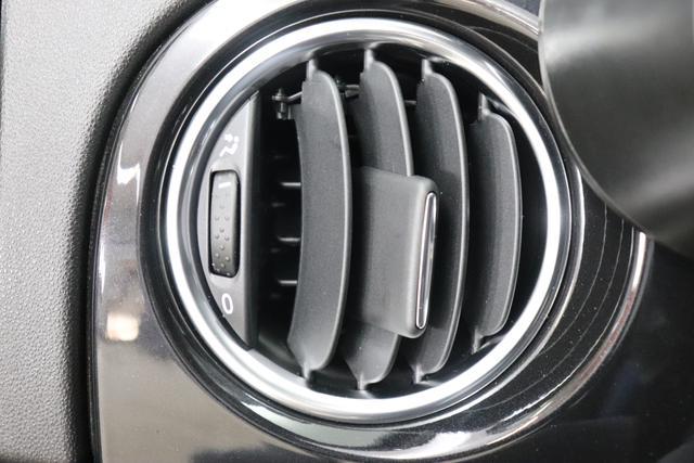 "595 Cabrio Dualogic Monster Energy Yamaha (165PS) E6D Final Scorpione Schwarz (876) Integral-Sportsitze Monster Energy Yamaha, Verdeck Schwarz (199) ""06P Urban Paket 070 Getönte Scheiben Hinten 140 Klimaautomatik Mit Pollenfilter 230 Bi-xenon Scheinwerfer 407 Automatisiertes 5-gang-schalt-getriebe """"abarth Competizione"""" 4YG Beats® Audio Soundsystem 665 Raucher-paket 7QC Uconnect™ Navigationssystem Mit Europakarte, 7"""" Touchscreen, 925 Windschott 928 Zellophan-schutzhülle (teilweise)"""