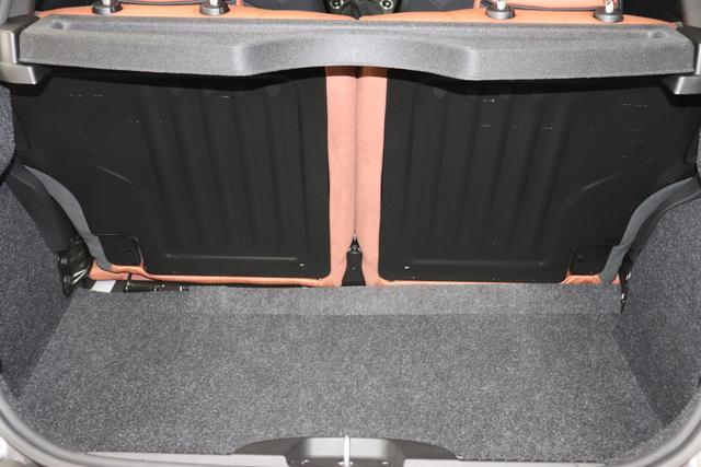 """595 Competizione 1.4 T-Jet (180PS) E6D 695 - Record Grau 551 - Integral-Sportsitze Leder Braun/Schwarz (Teilflächen in Lederoptik) """"06P CITY PAKET 230 Bi-Xenon Scheinwerfer 505 Kopfairbags vorne 5DP 695 Record Grau 5YN 17"""""""" Leichtmetallfelgen Design """"Formula"""" 14-Speichen Finish Titan 626, 6GD Radioantenne im hinteren Seitenfenster 6WW Kit Estetico Grau Matt 727 Integral-Sportsitze Leder Braun 83Y Schwarz lackierte Bremssättel (83Y) 9SV Gutschrift Bmc Sportluftfilter Und Tankdeckel Aus Aluminium"""""""