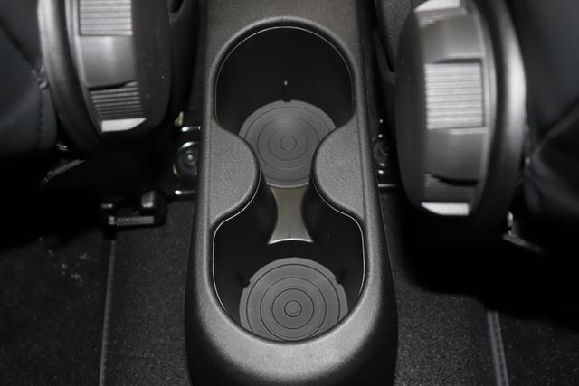 """595 Competizione 1.4 T-Jet (180PS) E6D Re da. 27.11. 695 - Record Grau 402 - Integral-Sportsitze Leder Schwarz (Teilflächen in Lederoptik) """"06P CITY PAKET 230 Bi-Xenon Scheinwerfer 505 Kopfairbags vorne 5DP 695 Record Grau 5YN 17"""""""" Leichtmetallfelgen Design """"Formula"""" 14-Speichen Finish Titan 626, 6GD Radioantenne im hinteren Seitenfenster 6WW Kit Estetico Grau Matt 732 Integral-Sportsitze Leder Schwarz 83Y Schwarz lackierte Bremssättel (83Y) 9SV Gutschrift Bmc Sportluftfilter Und Tankdeckel Aus Aluminium"""""""