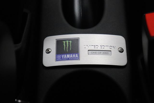 "595 Monster Energy Yamaha (165PS) E6D Final 626 - Bicolore Scorpione Schwarz/Podio Blau 074 - Integral-Sportsitze Monster Energy Yamaha ""06P CITY PAKET 070 Privacy Glass 140 Klimaautomatik 6GD Radioantenne im hinteren Seitenfenster 7NM 5D0 Sorpione Schwarz/Podio BlauTrennlinie Weiß"""
