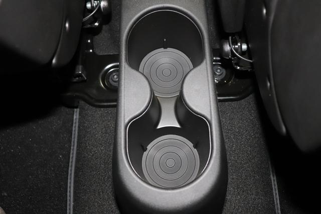 """595 Competizione 1.4 T-Jet 132 KW (180PS) MY20626/6Y2 Scorpione Schwarz/Podio BlauTrennlinie Weiß 583 - Rennsport Schalensitze """"Sabelt® GT"""" Stoff Schwarz/Grau kein Estetico in schwarz C.L. """"06P Urban Paket 83Y """"Brembo®"""" Schwarz lackiert 6GD Radioantenne im hinteren Seitenfenster 4YG Beats® Audio Soundsystem 230 Bi-Xeno 505 Kopfairbags vorne"""""""